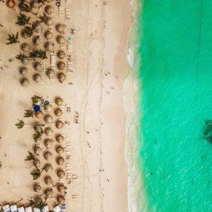 Playa vista desde arriba con unas sombrillas