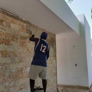 trabajador-pared-frontal-casa-palm-villa